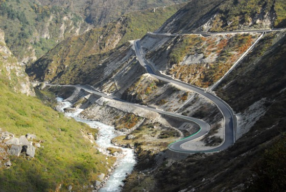 From Nyalam to Zhangmu, the Friendship Highway descends 1450m